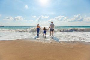 海と家族の写真